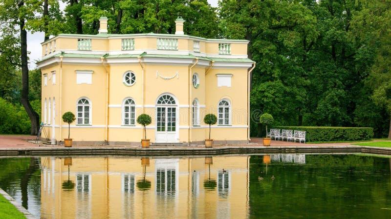 Casa do lago perto da floresta imagem de stock