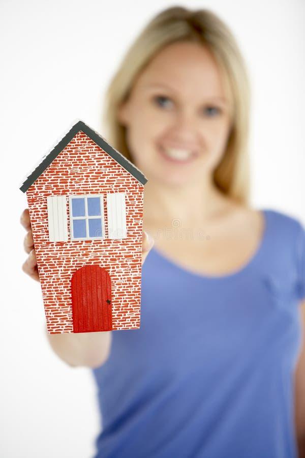 Casa do modelo da terra arrendada da mulher imagem de stock