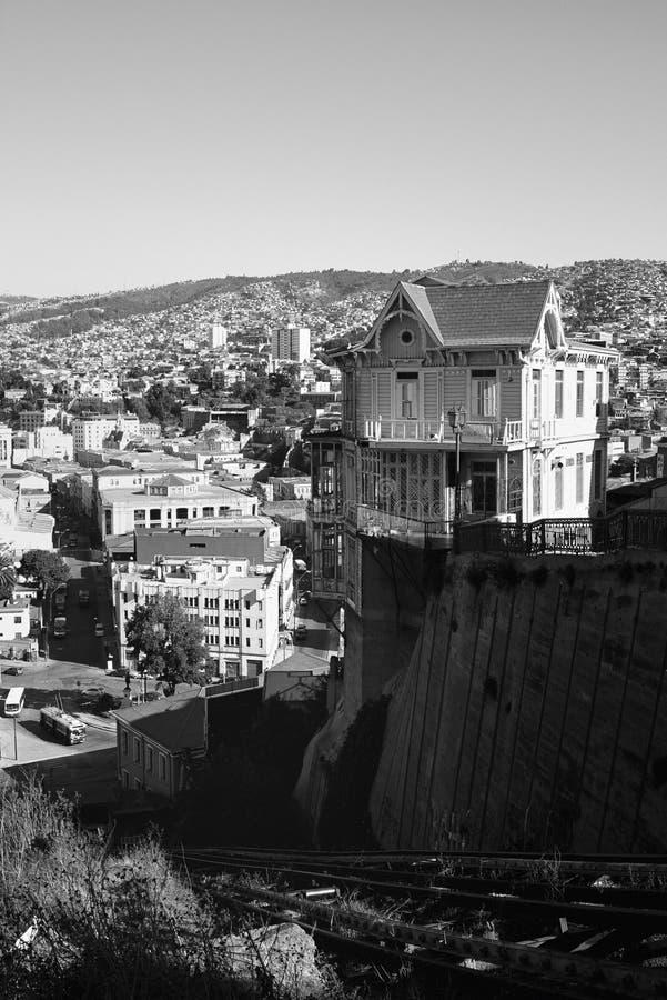 Casa do monte em Valparaiso, preto e branco fotos de stock royalty free