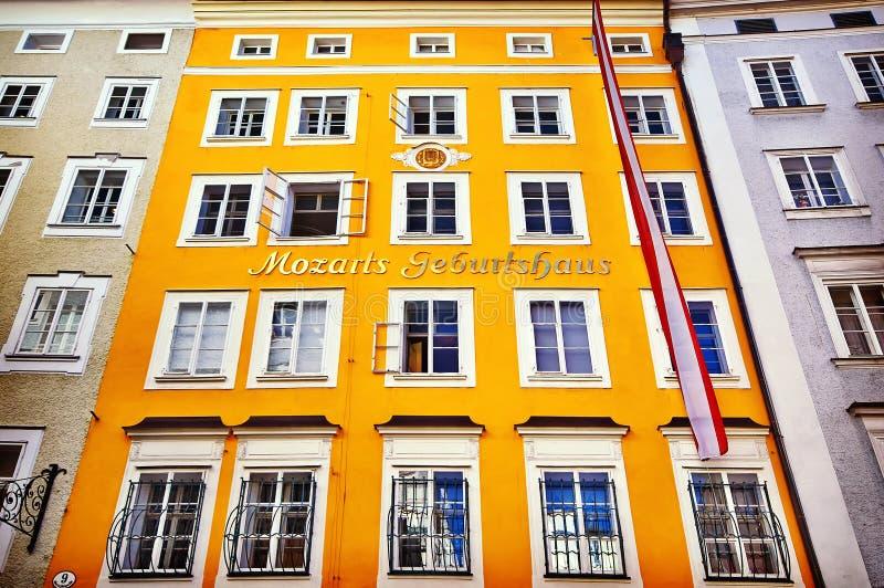 Casa do nascimento de Wolfgang Amadeus Mozart em Salzburg, Áustria ins fotografia de stock
