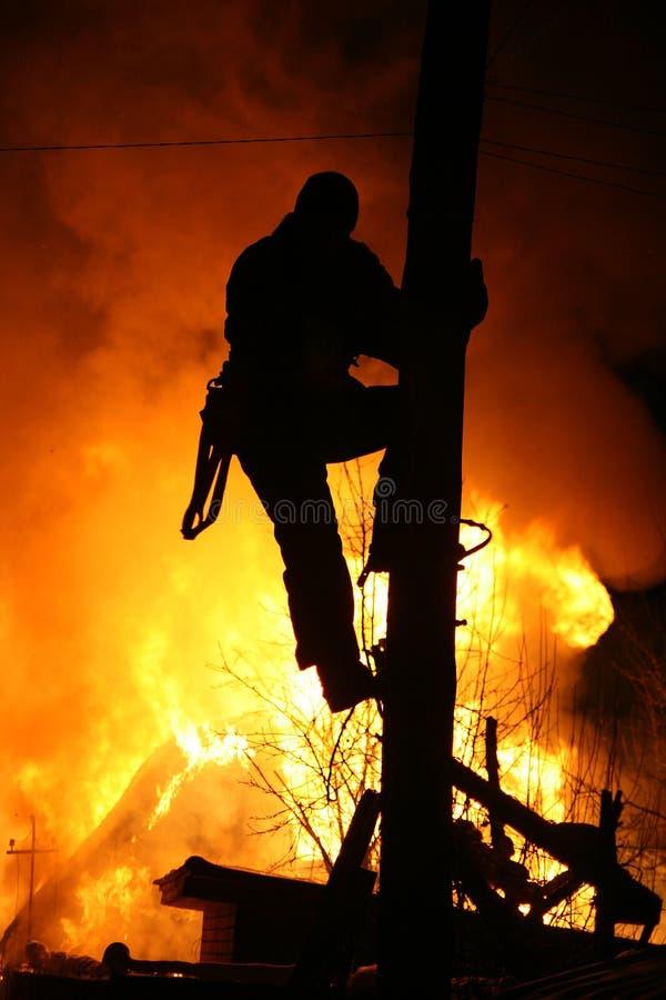 A casa do país do fogo no inverno imagens de stock