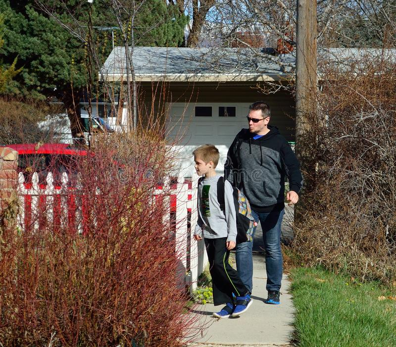 Casa do pai e do filho da escola fotos de stock