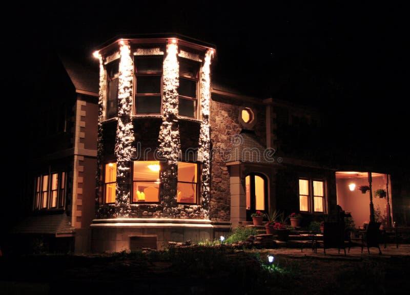 Casa do prestígio na noite fotografia de stock