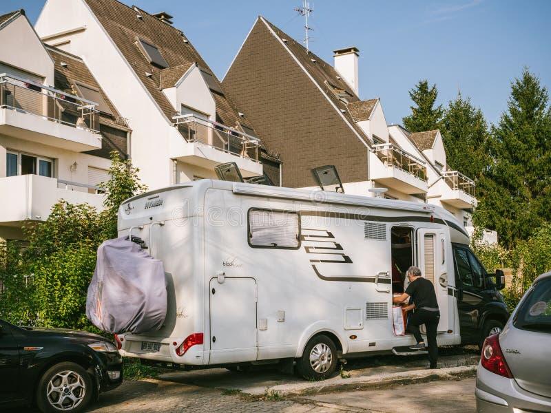 Casa do reboque do curso de Hymer rv em França fotografia de stock royalty free