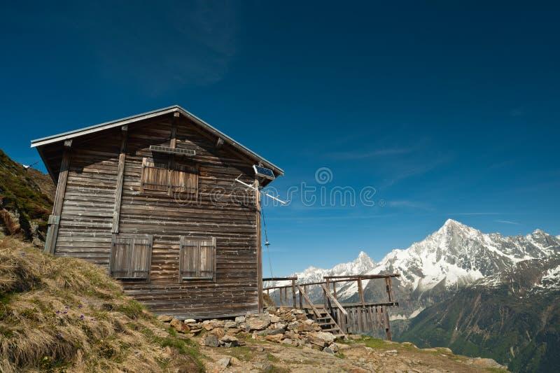 Casa do refúgio da montanha em alpes franceses fotos de stock royalty free