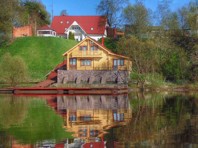 Casa do rio da vila fotos de stock