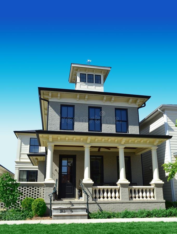 Casa do tijolo com pico de viúva foto de stock royalty free