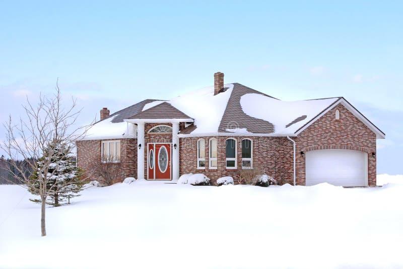 Casa do tijolo do inverno imagens de stock