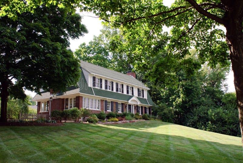 Casa do tijolo quadro com árvores fotos de stock royalty free