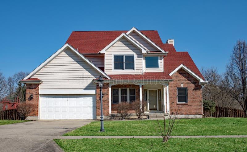 Casa do tijolo vermelho com quatro frontões imagem de stock