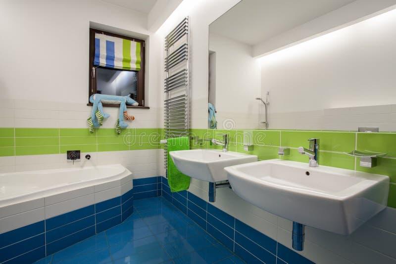 Casa do travertino - banheiro colorido foto de stock