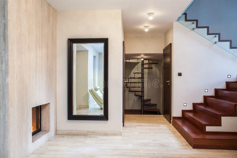 Casa do travertino: espelho e escadas imagens de stock royalty free