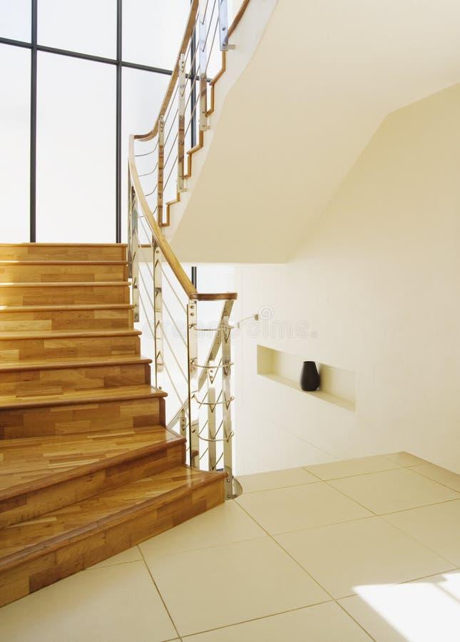 Casa a dos caras moderna con las escaleras foto de archivo