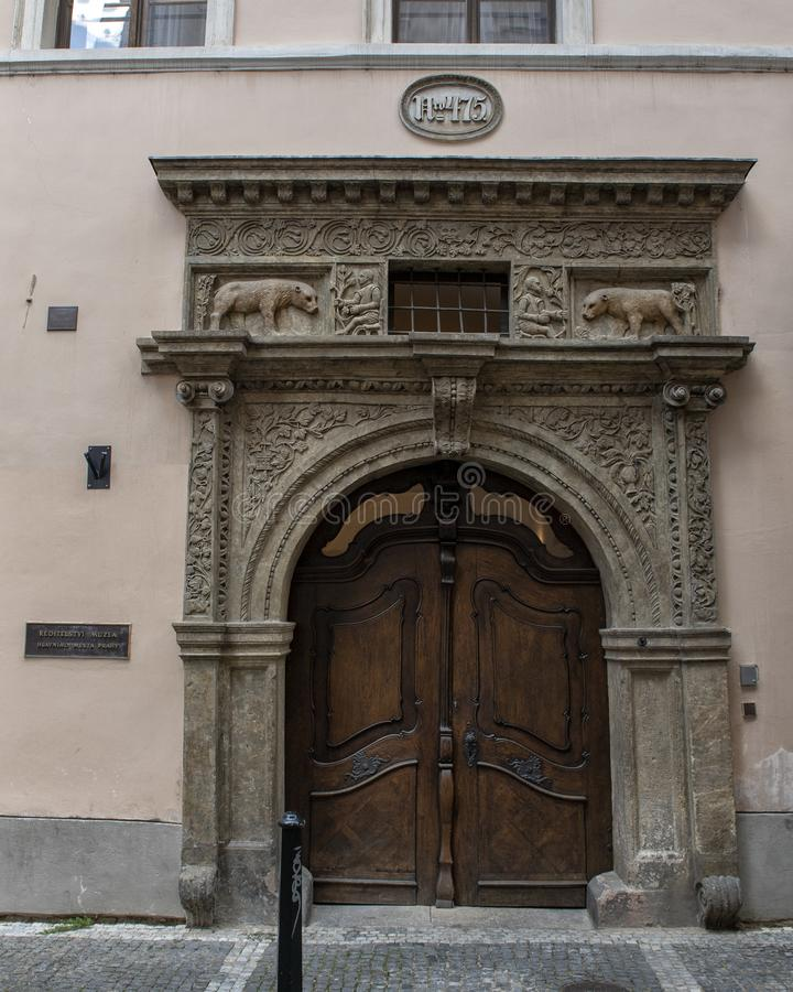 Casa dos dois ursos dourados, área velha Praga da cidade, República Checa imagens de stock