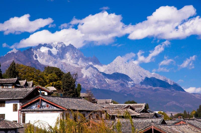 A casa dos naxi sob Yulong (Jade Dragon) Moutain imagem de stock royalty free
