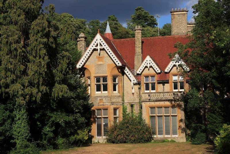 Casa dramática en las maderas foto de archivo