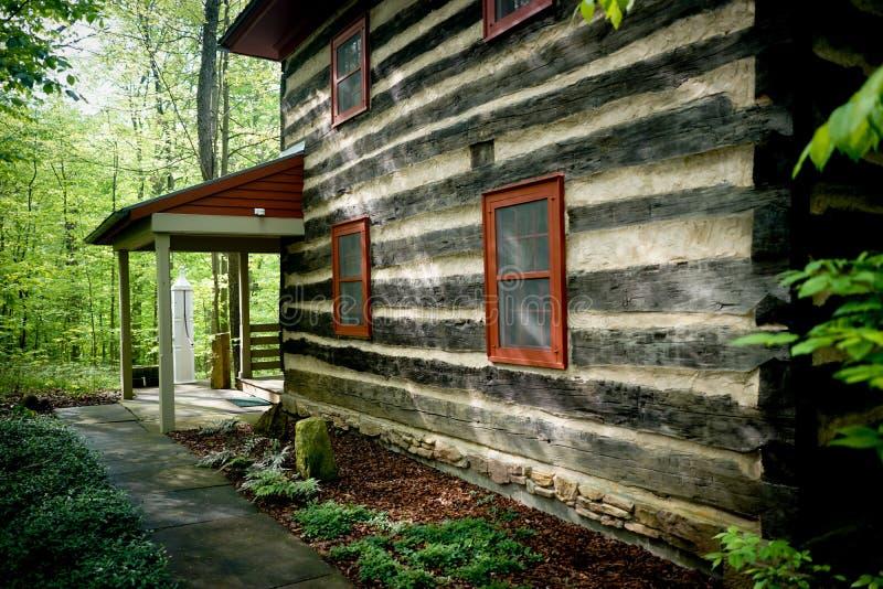Casa a due piani costruita in una foresta fotografie stock