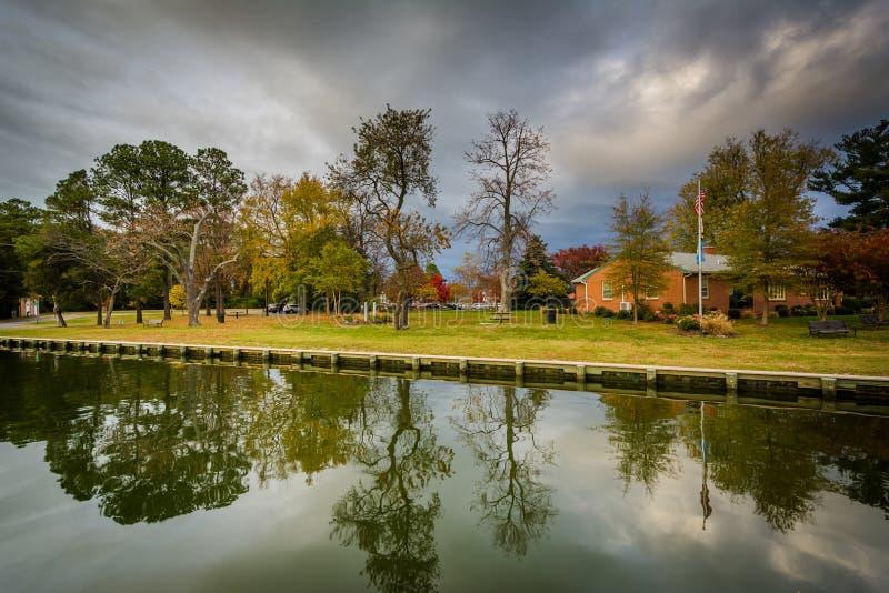 Casa e árvores ao longo do porto, em St Michaels, Maryland fotos de stock royalty free