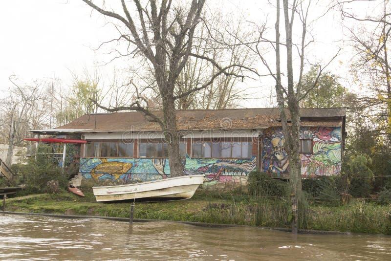 Casa e barca di legno nel del Parana, Tigre Buenos Aires Argentina di delta immagini stock