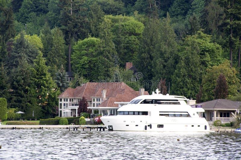 Casa e barco luxuosos imagens de stock royalty free
