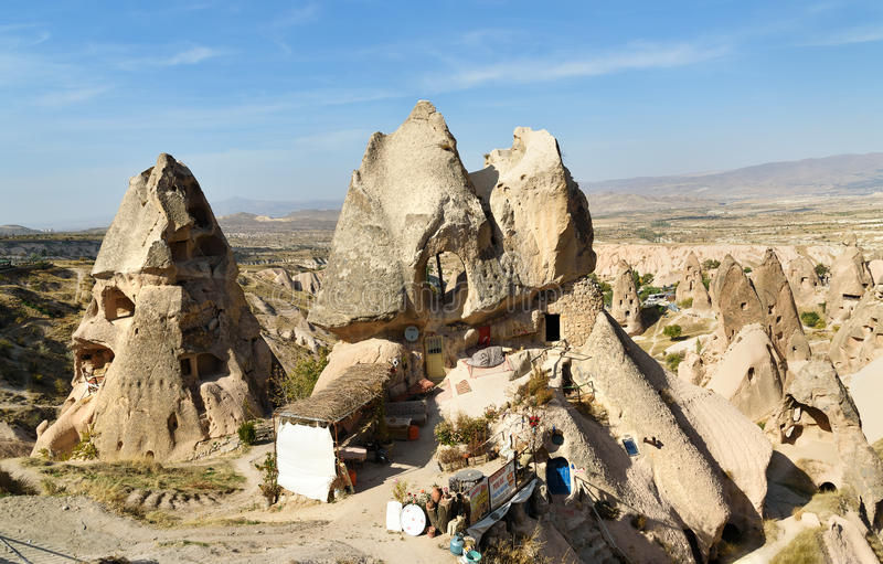 Casa e caffè della caverna in Uchisar Cappadocia La Turchia immagine stock