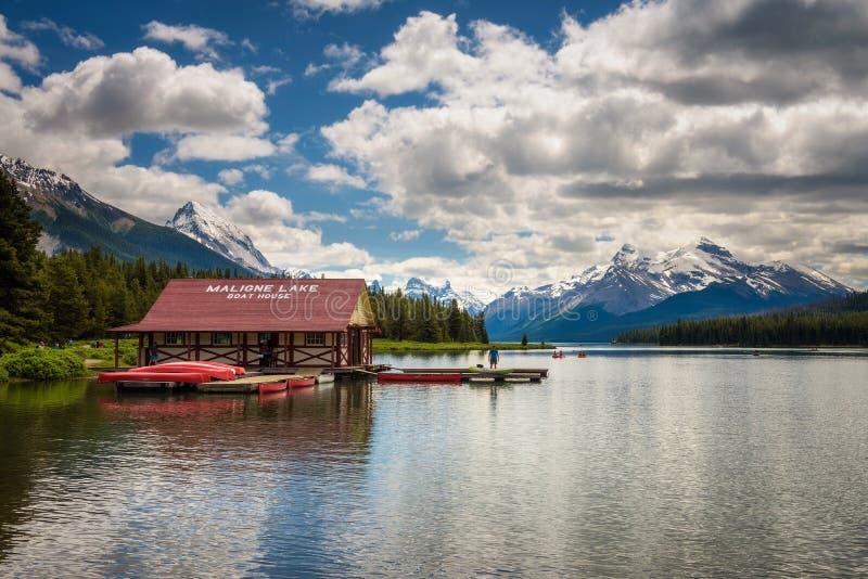 Casa e canoe di barca su un molo nel lago Maligne in Jasper National Park fotografia stock