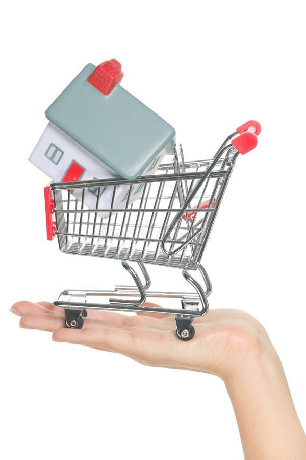 Casa e casa para a venda no conceito do carrinho de compras imagens de stock royalty free