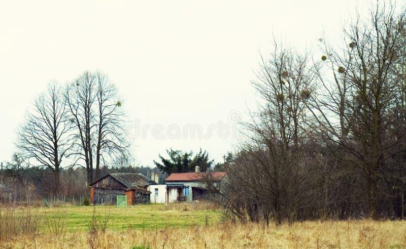 Casa e celeiro abandonados no campo polonês imagem de stock