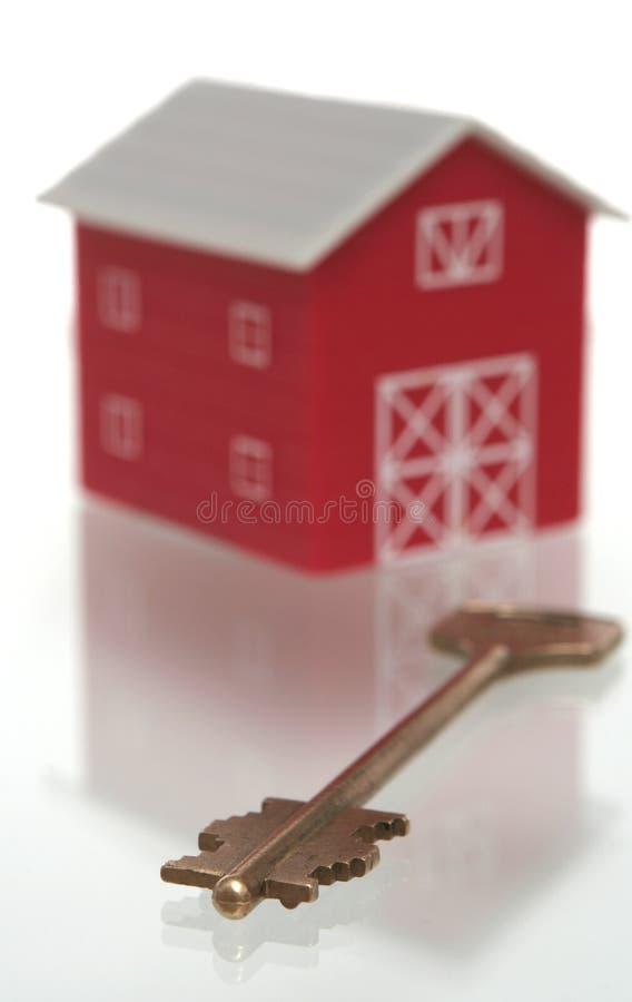 A casa e a chave vermelhas da casa fotos de stock
