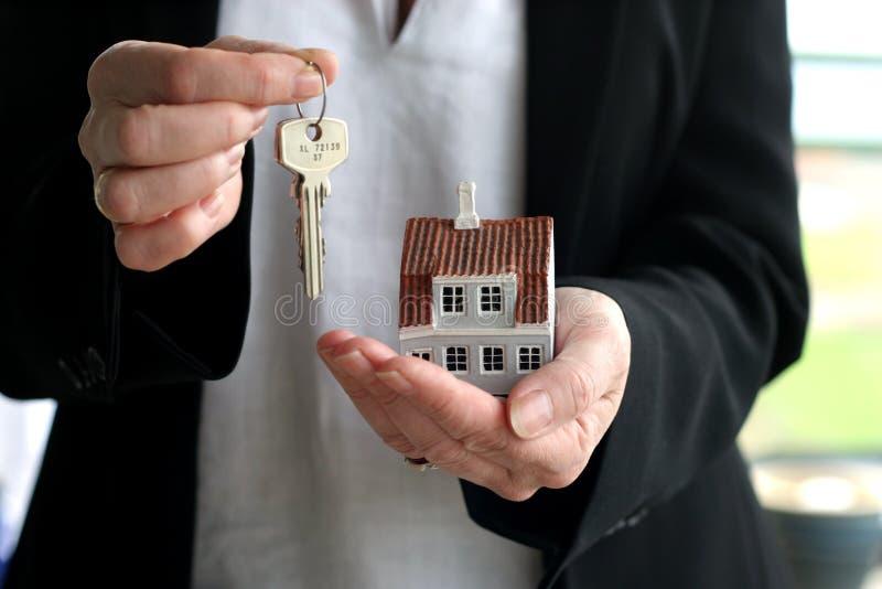 Casa e chaves fotografia de stock royalty free