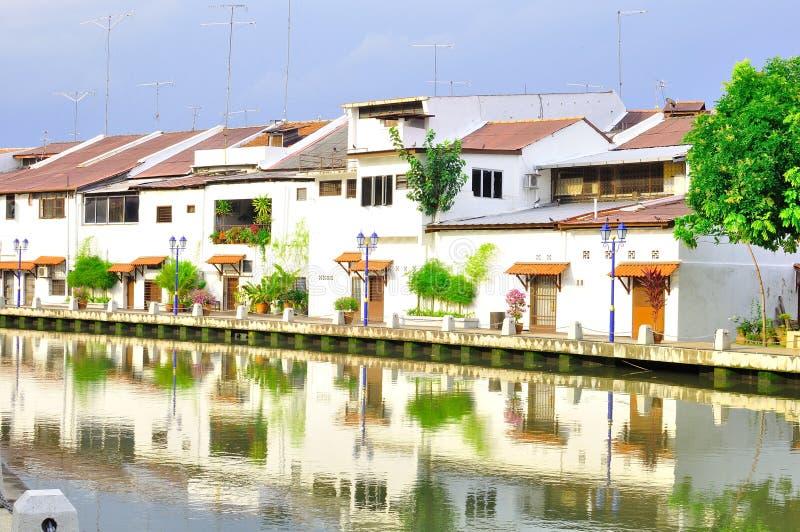 Casa e edifício velhos na cidade do rio de Melaka fotos de stock