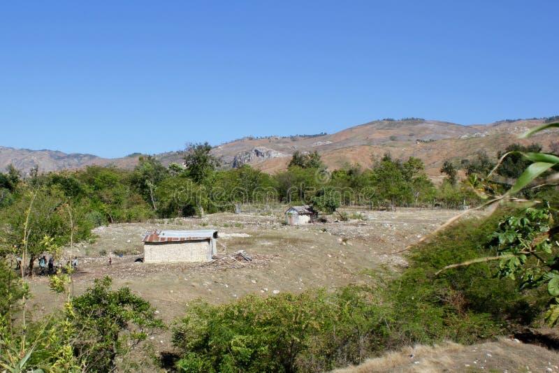 Casa e exploração agrícola haitianas perto de Mirebalais, Haiti fotos de stock royalty free