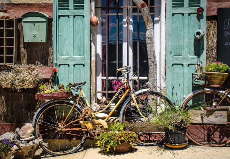 Casa e flor de Provence imagem de stock