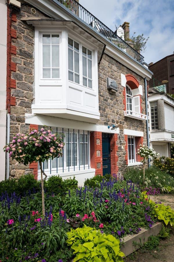 Casa e flores no passeio Clair de lune em Dinard fotografia de stock royalty free