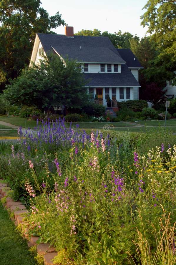 Casa e giardino fotografia stock