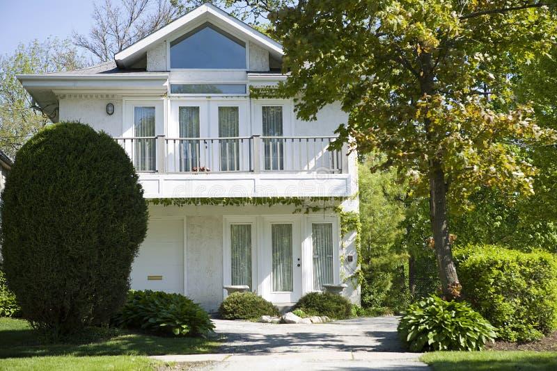 Casa e giardino americani. immagine stock