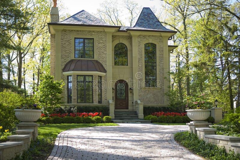 Casa e giardino americani. immagini stock