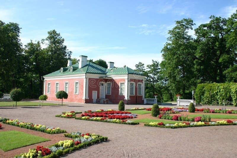 Casa e jardim de flor fotografia de stock royalty free