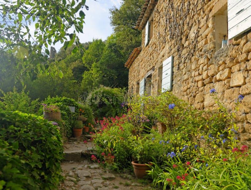 Casa e jardim em Provence imagem de stock