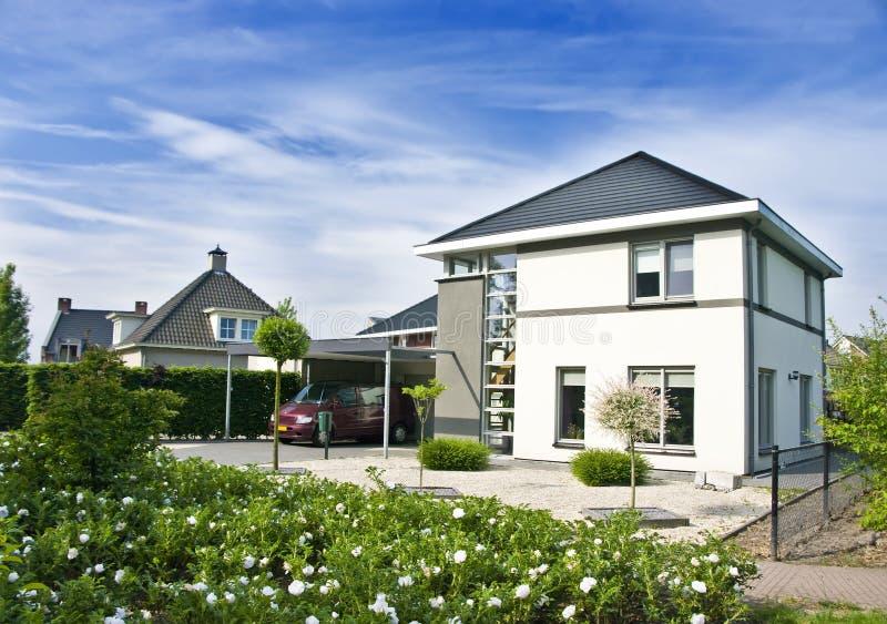 Casa E Jardim Modernos Fotografia de Stock Royalty Free