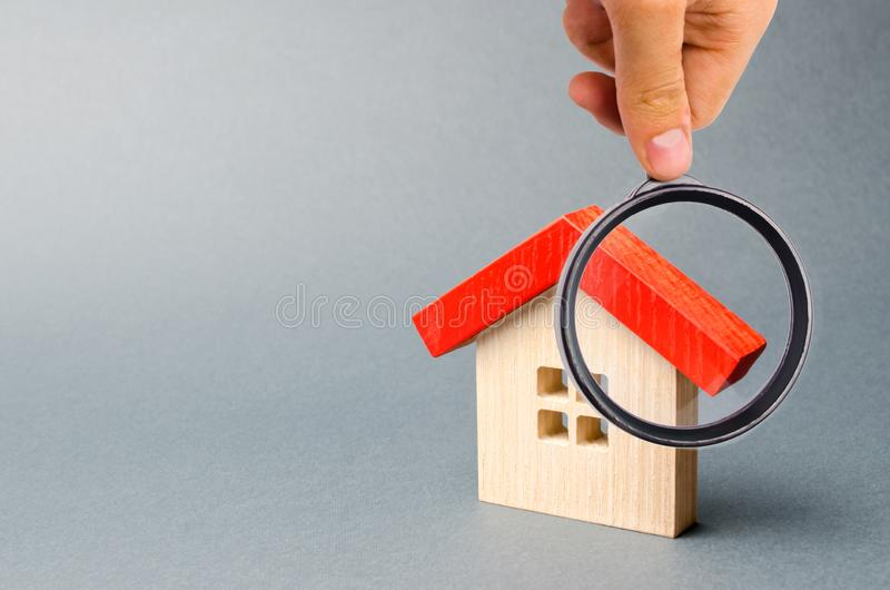 Casa e lente d'ingrandimento di legno Valutazione della propriet? Valutazione domestica Scelta di posizione per la costruzione Ri fotografia stock