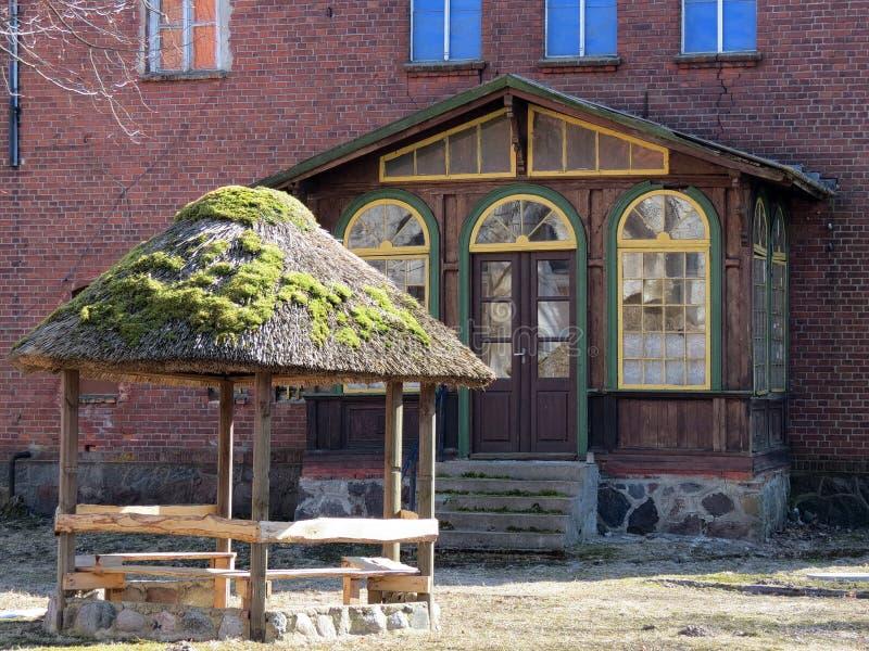 Casa e mandril velhos, Lituânia imagem de stock