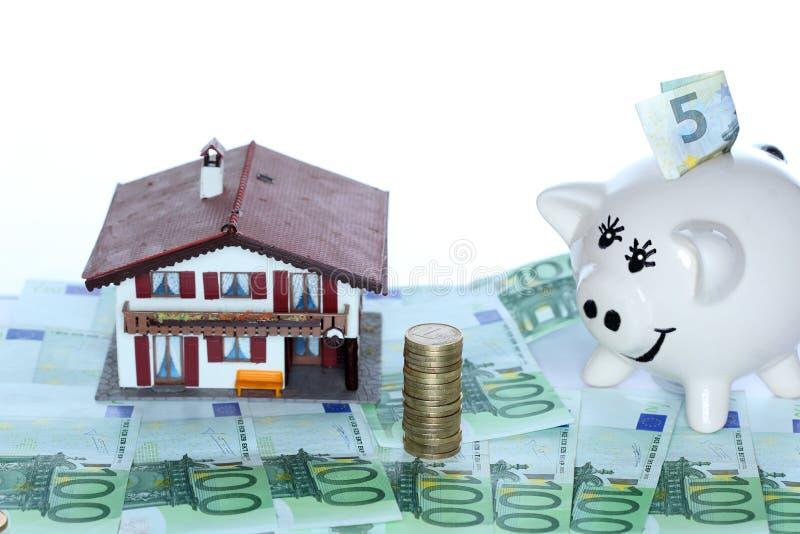 Casa e mealheiro com dinheiro imagem de stock royalty free