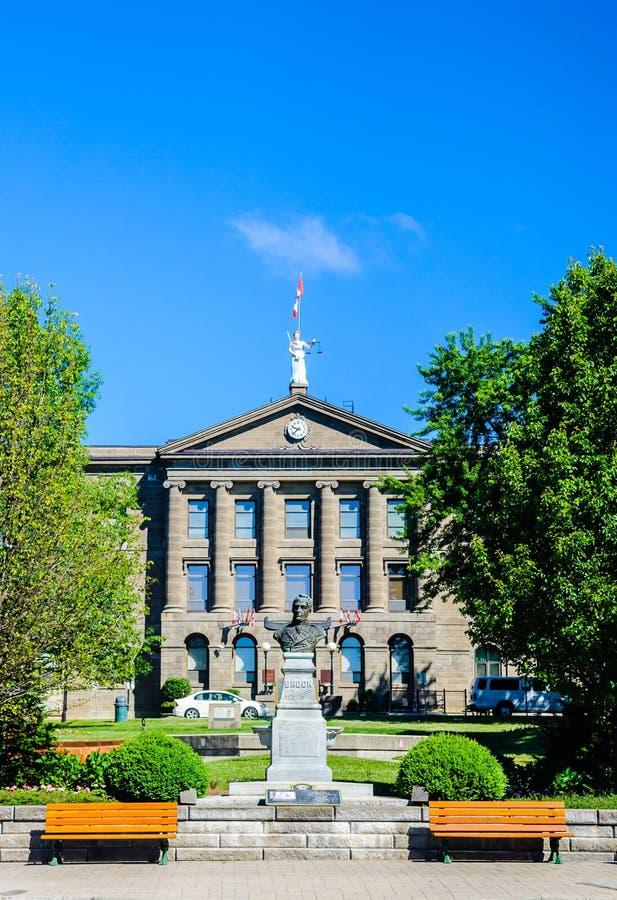 Casa e monumento de tribunal de comarca em Brockville, Ontário, Canadá imagens de stock royalty free