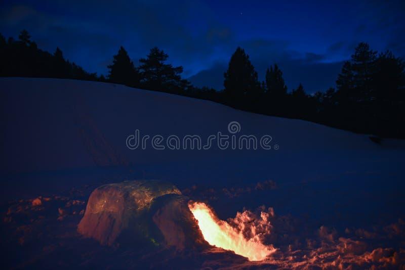 Casa e noite que acampam, conceito do iglo fotografia de stock