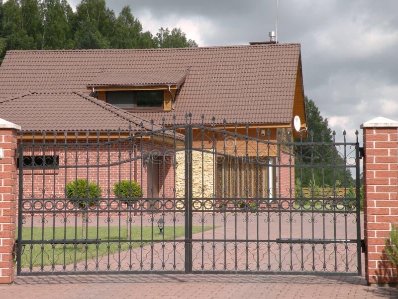 Casa e portone rossi fotografia stock