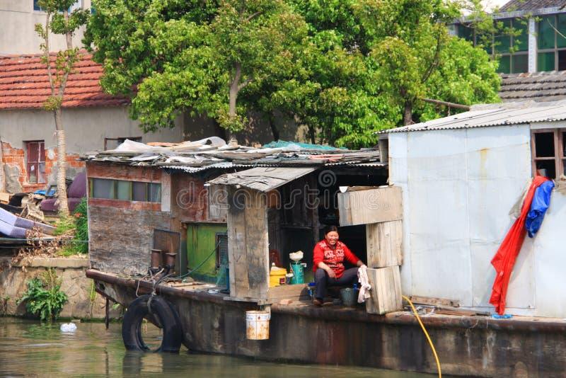 Casa e povo chinês de barco ao longo do rio na cidade de Suzhou, Ch imagens de stock