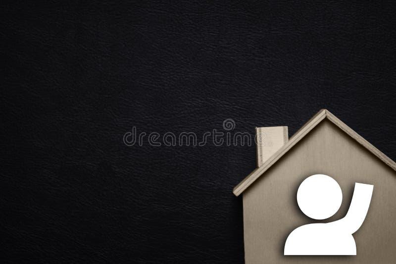 Casa e povos de espera Vinda da casa e conceito de fam?lia Bens imobili?rios e conceito das propriedades Faltante você e amando p fotos de stock