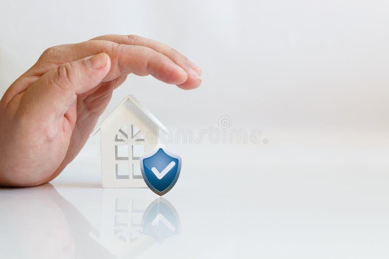 Casa e protetor da mão imagem de stock