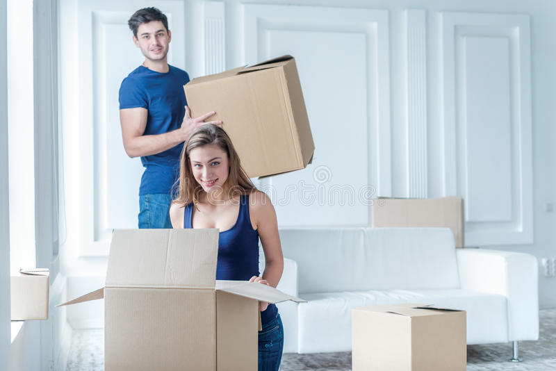 Casa e reparo moventes de uma vida nova O par no amor puxa a coisa imagem de stock